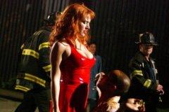 """Ein Schauspieler kniet bei Dreharbeiten zu dem neuen Film  'Romance and Cigarettes' am 14.5.2004 in Brooklyn (New York) vor der britischen Schauspielerin Kate Winslet. Der Streifen handelt von einem verheirateten Mann, der seine Frau betrügt. Eines Tages muss er sich zwischen seiner Geliebten (Winslet)  und der leidgeprüften Gattin entscheiden. Im richtigen Leben ist Winslet derzeit genervt vom Schlankheitswahn. Zu Berichten, sie habe nach der Geburt ihres Sohnes Joe vor fünf Monaten so viel zugenommen, dass sie sich nicht mehr in die Öffentlichkeit traue, sagte der «Titanic»-Star Winslet der «Für Sie»: «Natürlich habe ich zugenommen. Sogar reichlich. Aber das bedeutet nicht, dass ich deshalb nicht aus dem Haus gehen würde""""."""